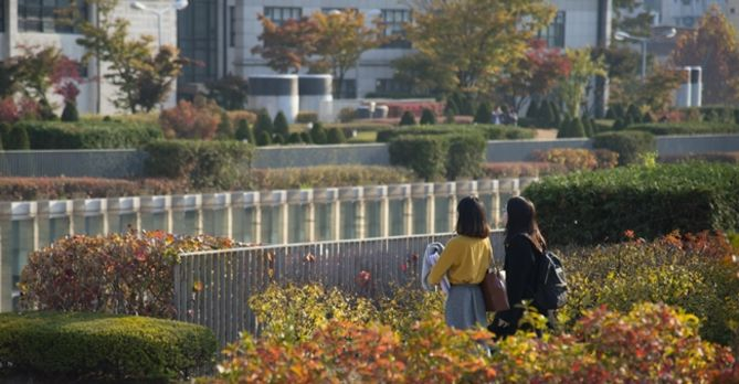 Ewha students on campus in the fall