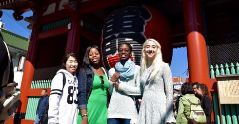 Students in front of Kaminarimon